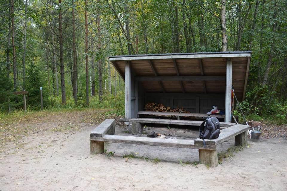Halmejoen luontopolun nuotiopaikka ja grillikatos Ranta-Toivalassa.