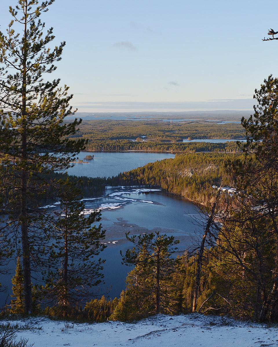 Osittain jäätynyt järvi ja maisemaa kiivetessä kohti Valtavaaraa
