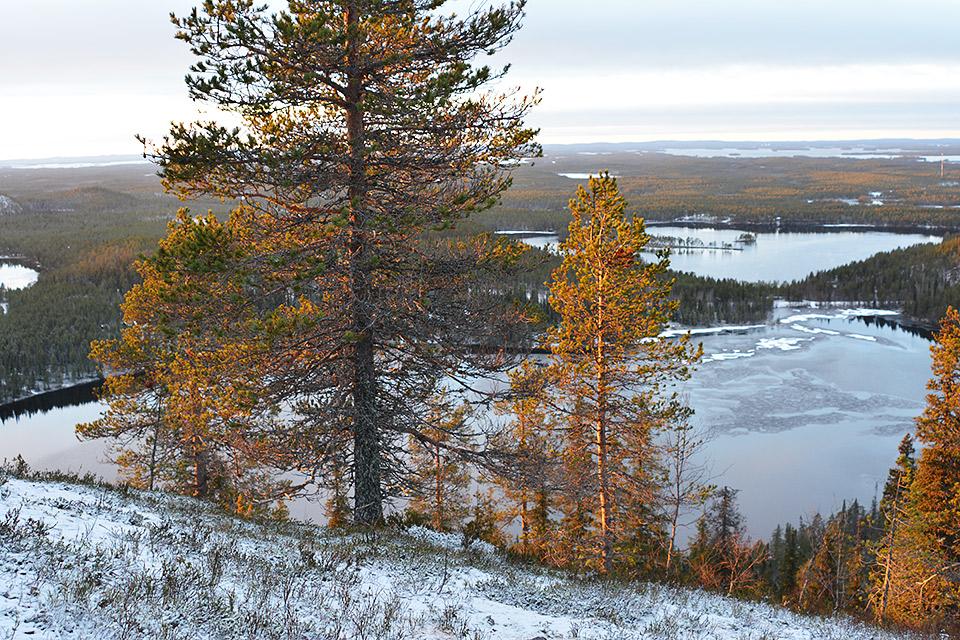Marraskuun auringonlasku ja maisema osittain jäätyneestä järvestä