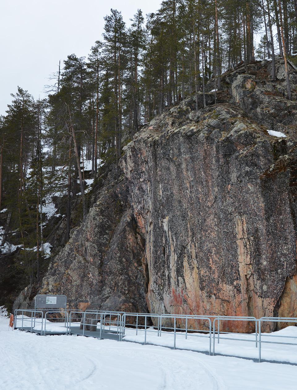 Hossan kansallispuiston värikallio talvella, kuvattuna järven jäältä.